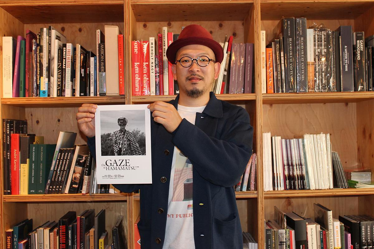 写真展を主催する書店店長の新村亮さん