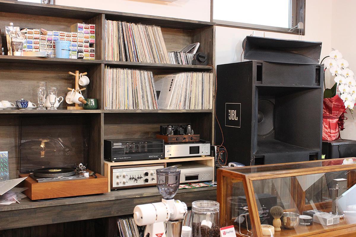 ジャズのレコードや機材が並ぶ店内