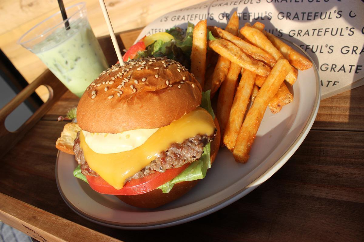 ハンバーガー「チーズ」のセットと「緑茶ラテあいす」