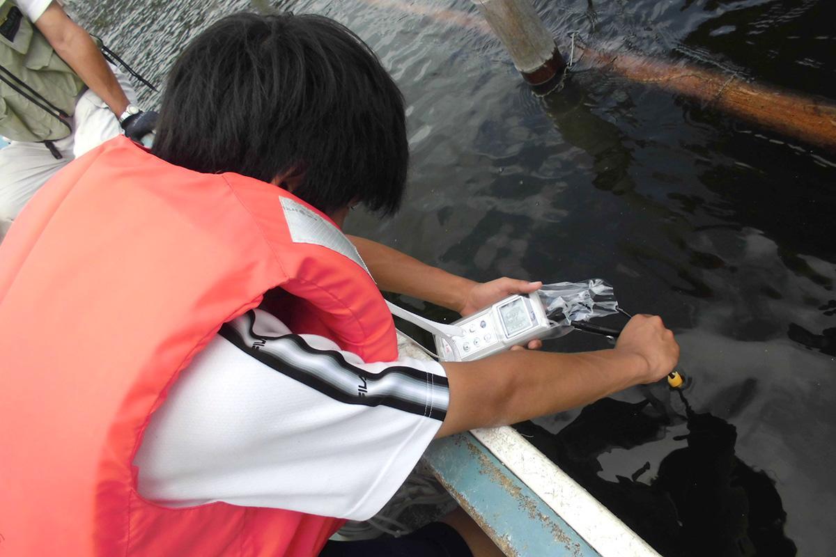 中学生が、浜名湖の水質検査をする様子