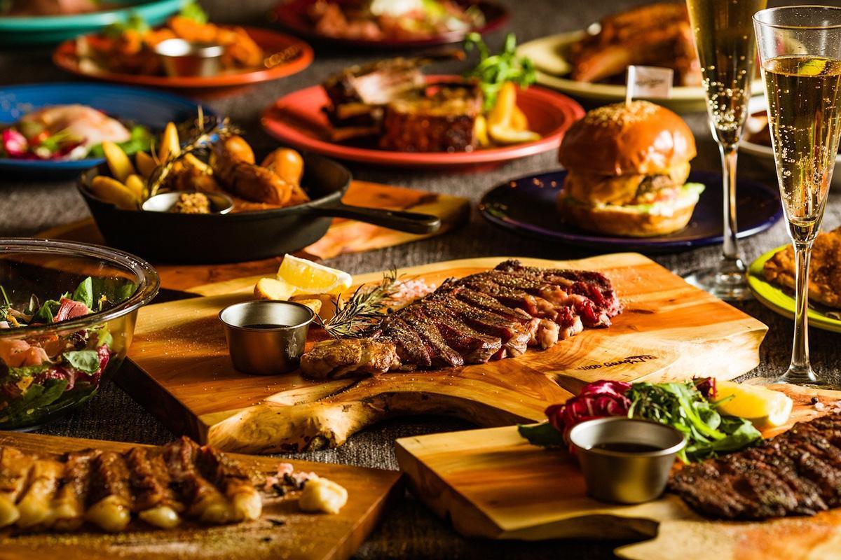 ハンバーガーやステーキなどコース料理の一例