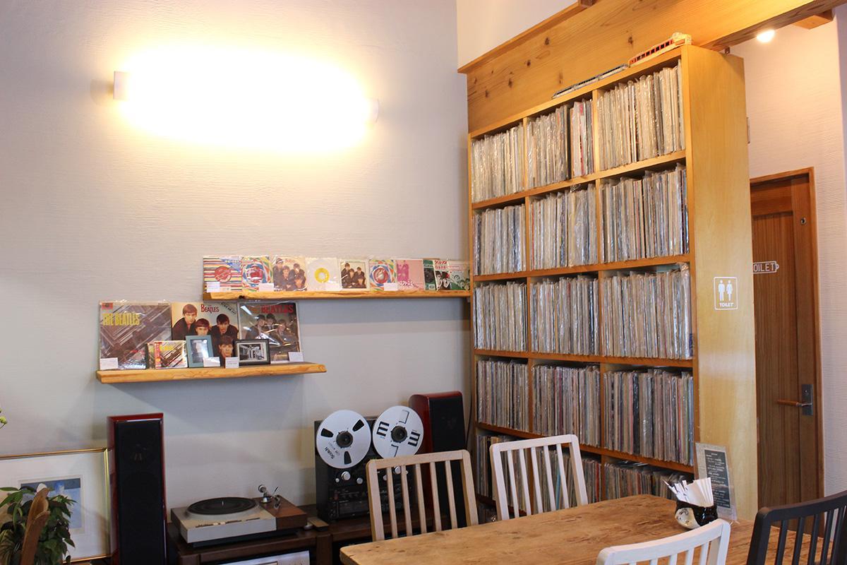 ズラリと並ぶ約2000枚のレコード