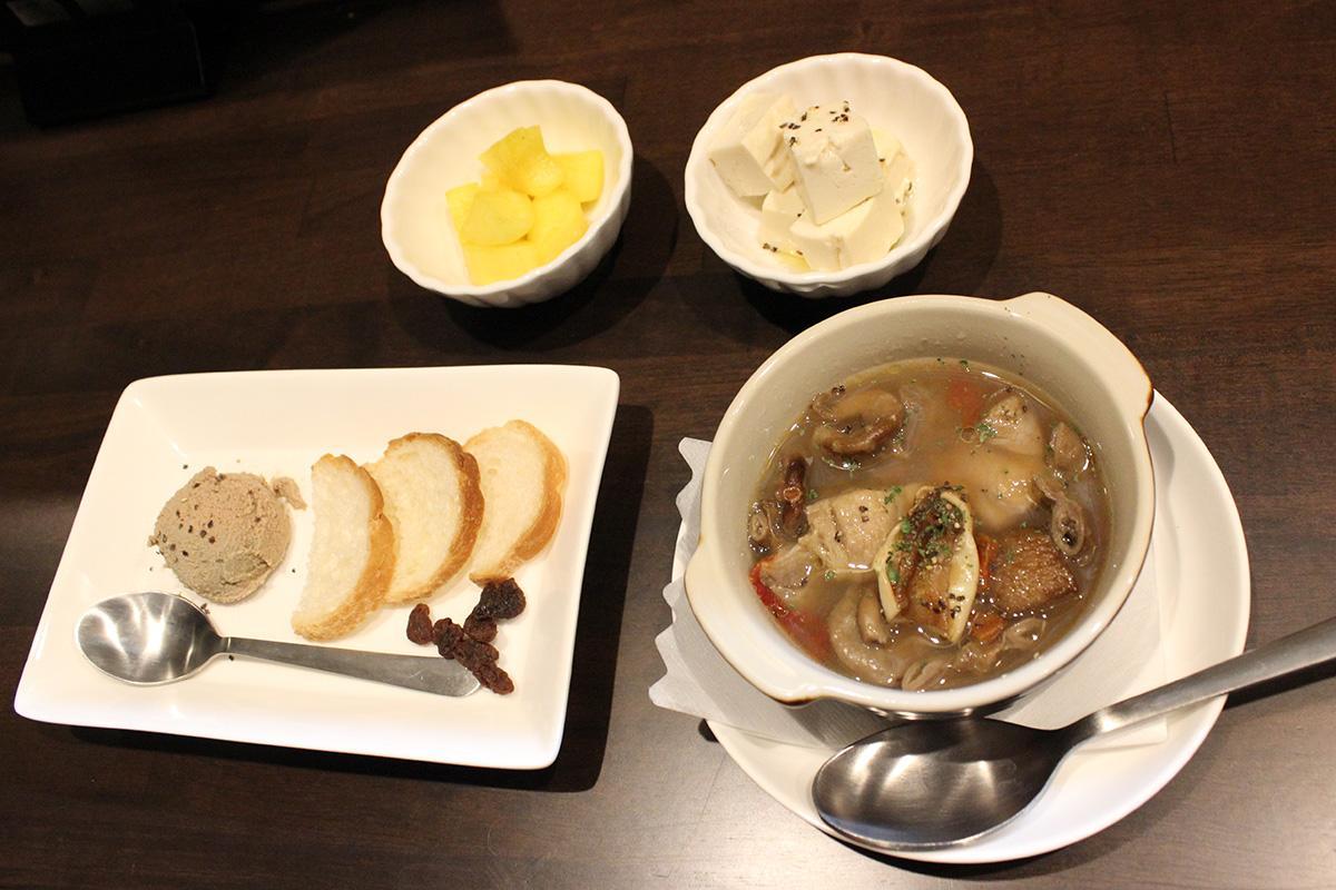 豆腐のピクルスやカレーたくあんなどの小皿料理