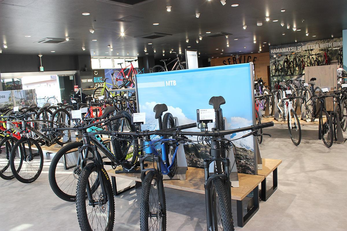 約120台のスポーツバイクが並ぶ店内
