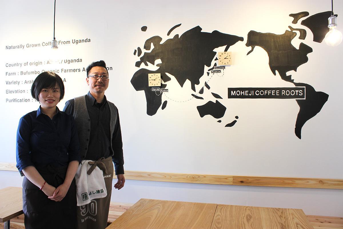 店主の山本さん夫妻と世界地図
