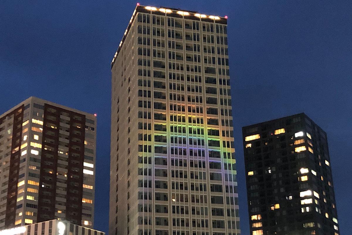 一条タワーに投影された虹