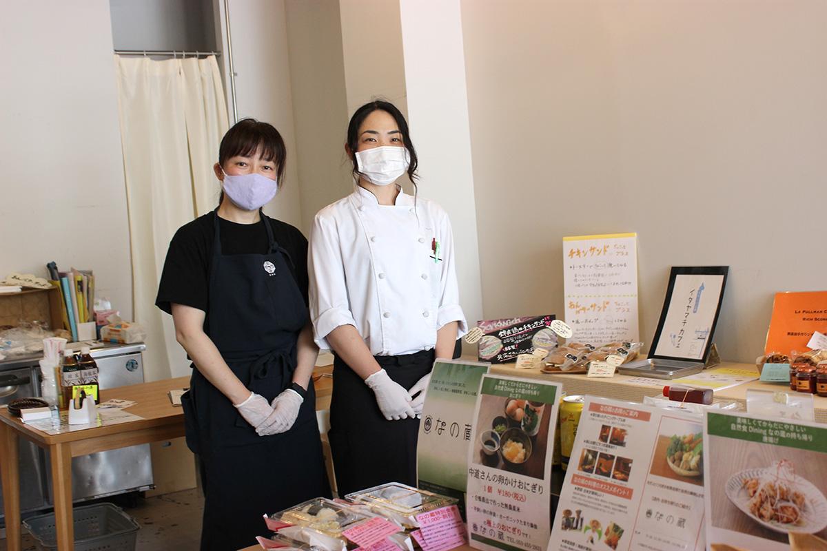 たくさんの来店を期待する、責任者の冨田愛子さんとスタッフ