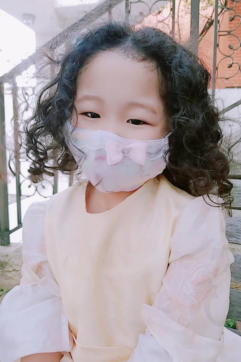 プリンセスマスクを着用した女の子
