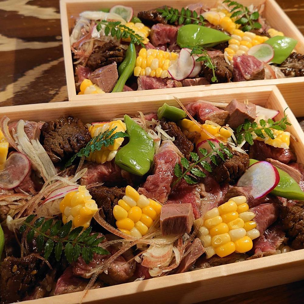 牛肉と浜松産野菜が乗った「もんもんの肉ちらし」
