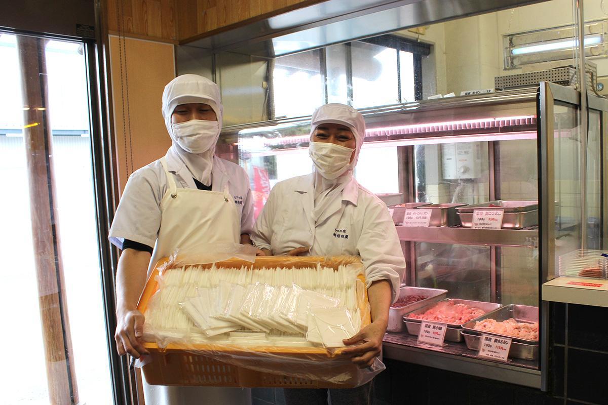 集まったマスクを持つ廣野早欧理さん(右)と息子の雅之さん