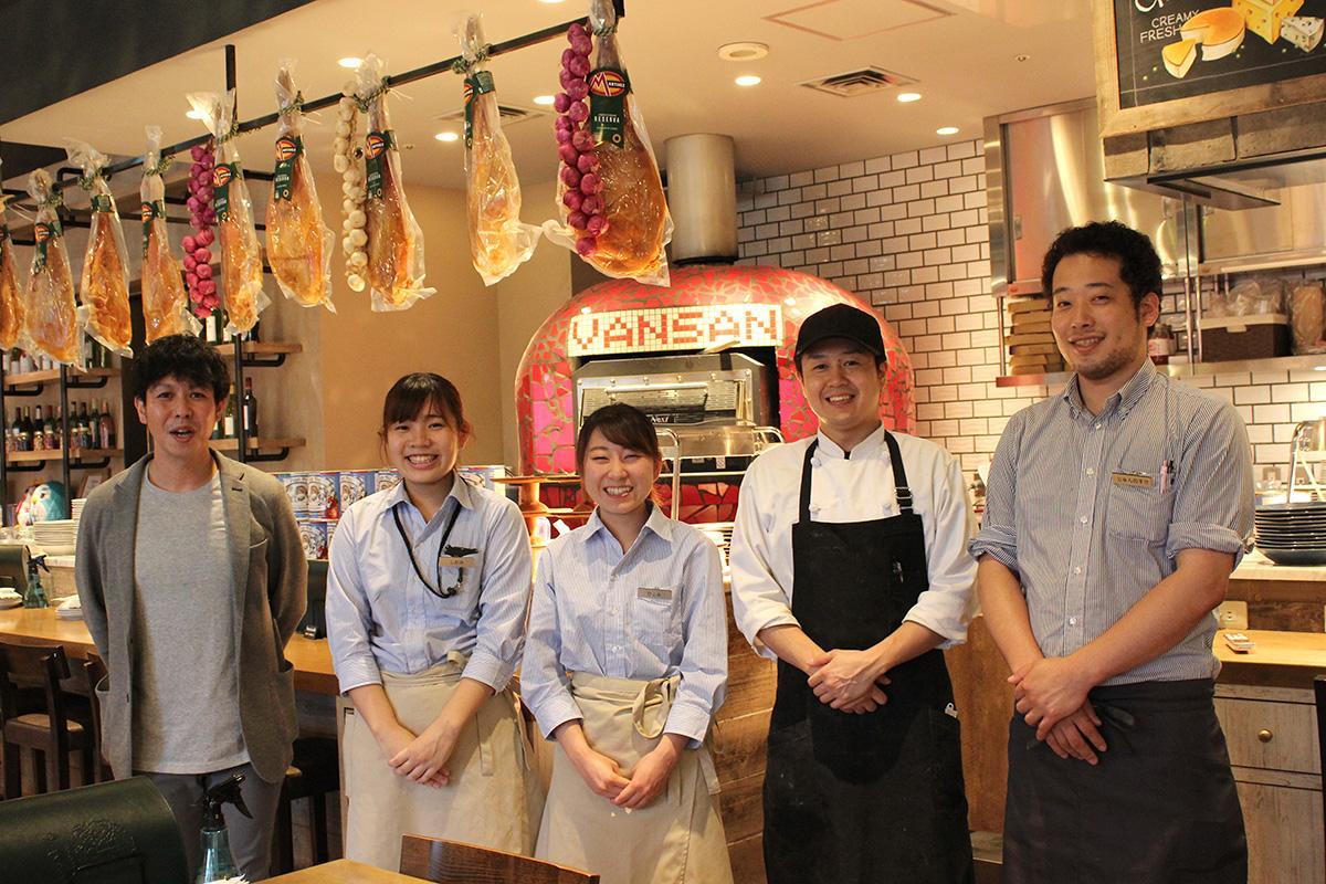 多くの人の来店を期待する平野洋輔さん(左)とスタッフ