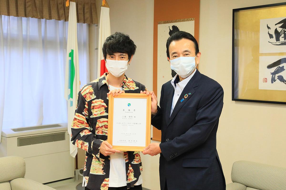 ユーチューバー・Fumiyaさん(左)と浜松市・鈴木康友市長