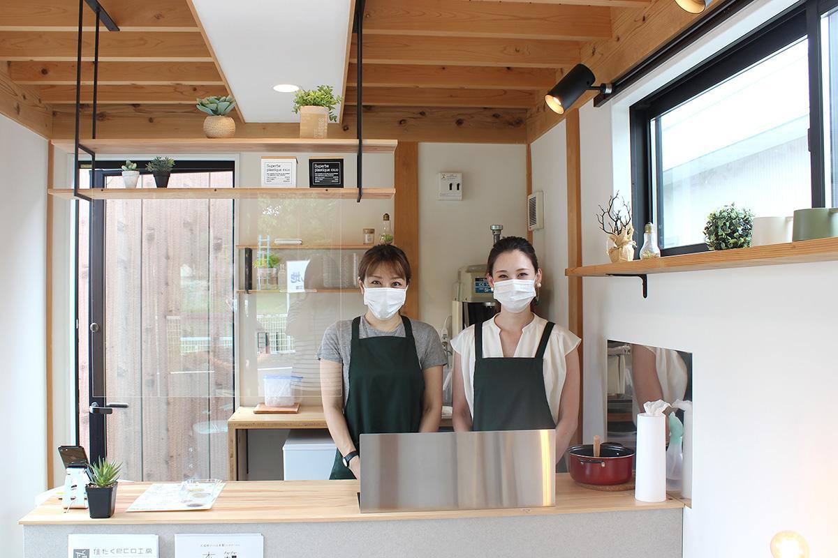 多くの人の来場を期待する、店長の安川麻莉さん(右)とスタッフ