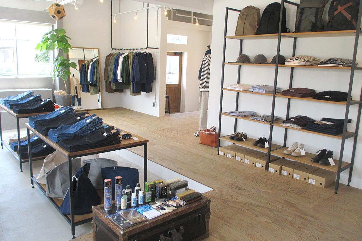 服や靴などが並ぶ、ゆったりとした店内