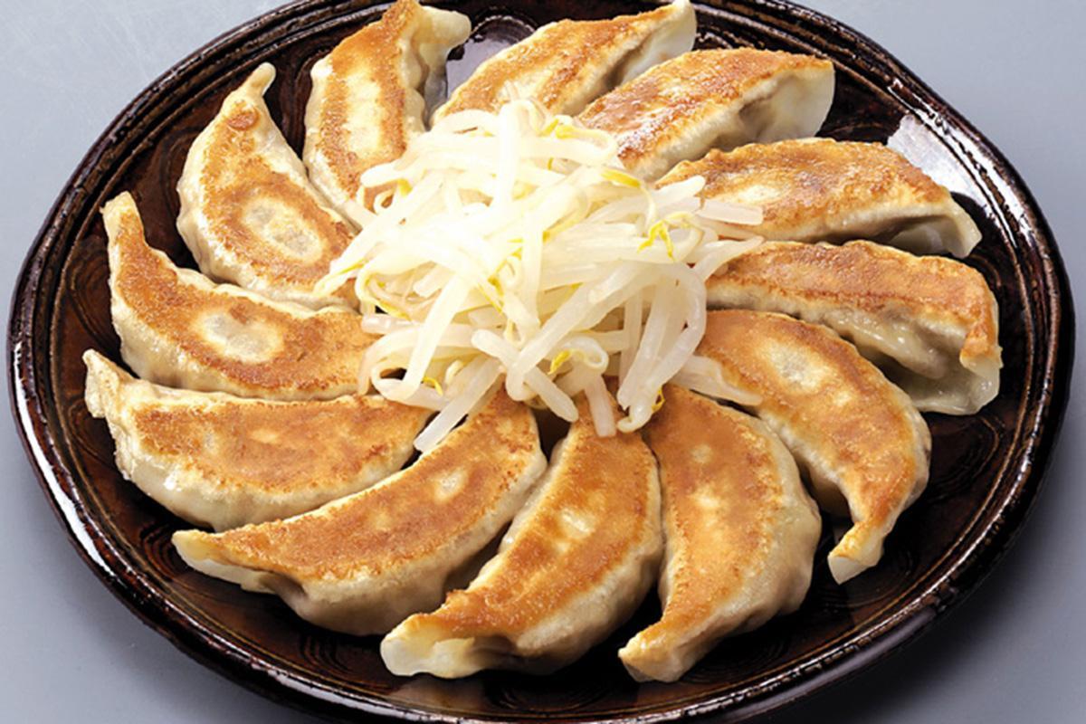 丸く並べて、もやしが添えられた五味八珍の「浜松餃子」