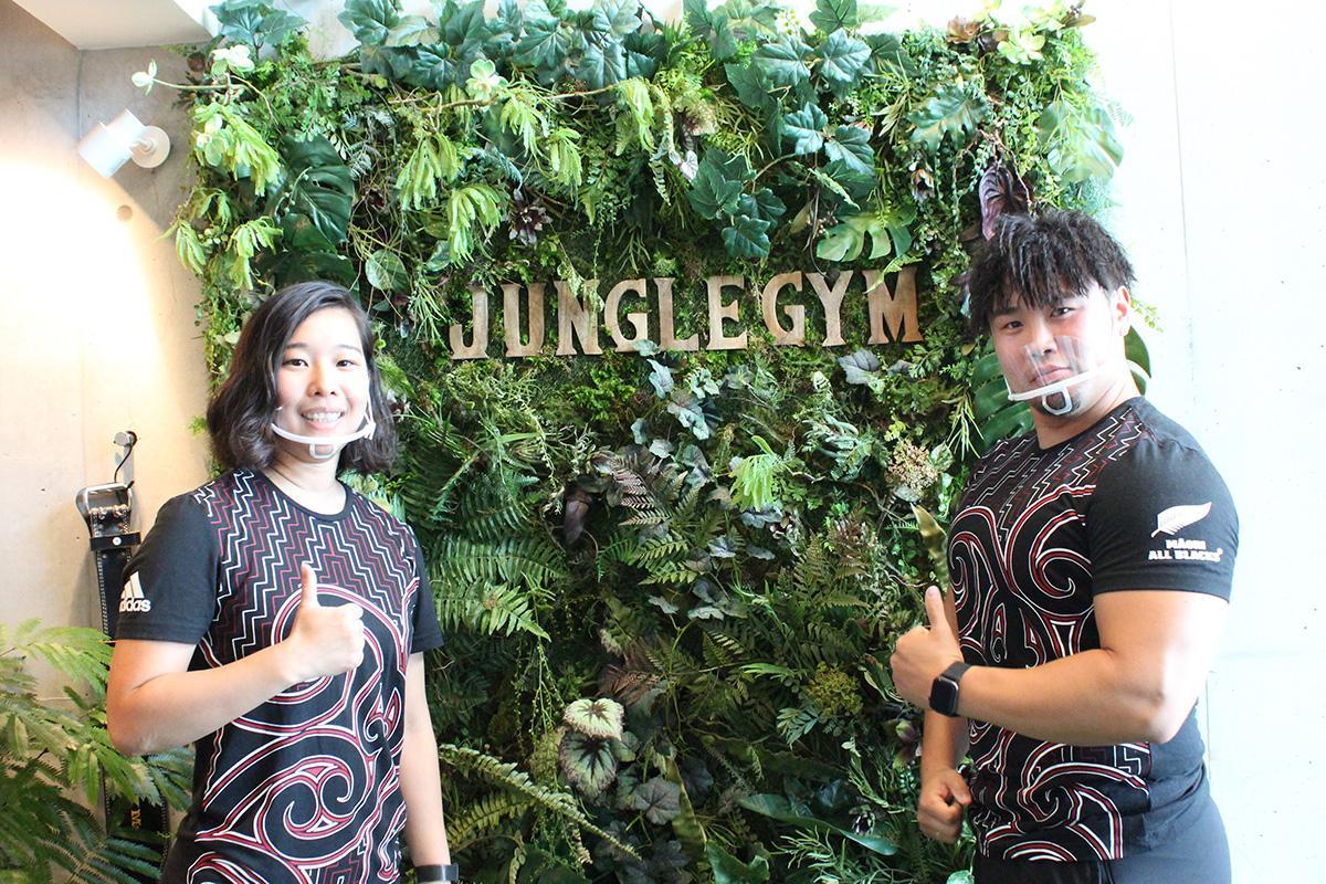 トレーナーの鈴木沙彩さんと新井健一さん