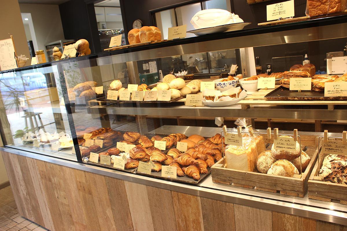 ショーケースの中にパンやケーキがずらりと並ぶ