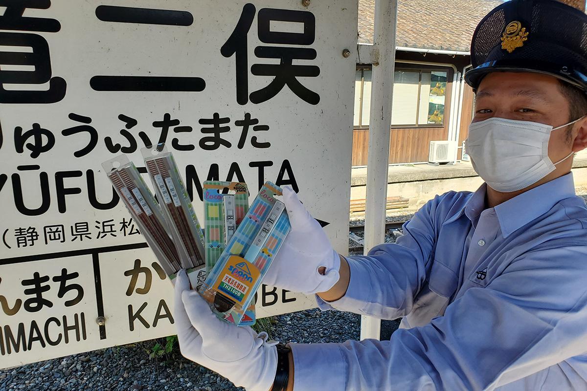 「天浜線ハシ鉄」などのオリジナル商品を持つ、運転士の滝口翼さん