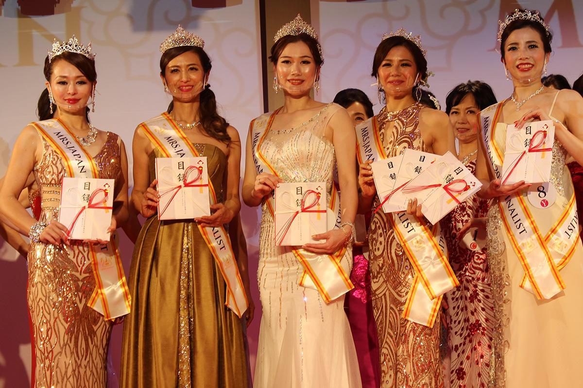 ヤングミセスグランプリ小河麻理子さん(中央)はじめ日本大会に出場予定の5人
