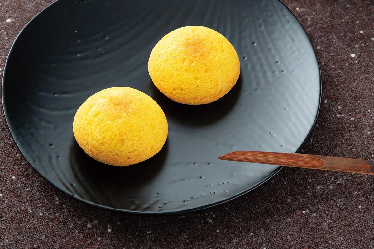 月をモチーフとし、黄色い満月の形をした「TSUKI」