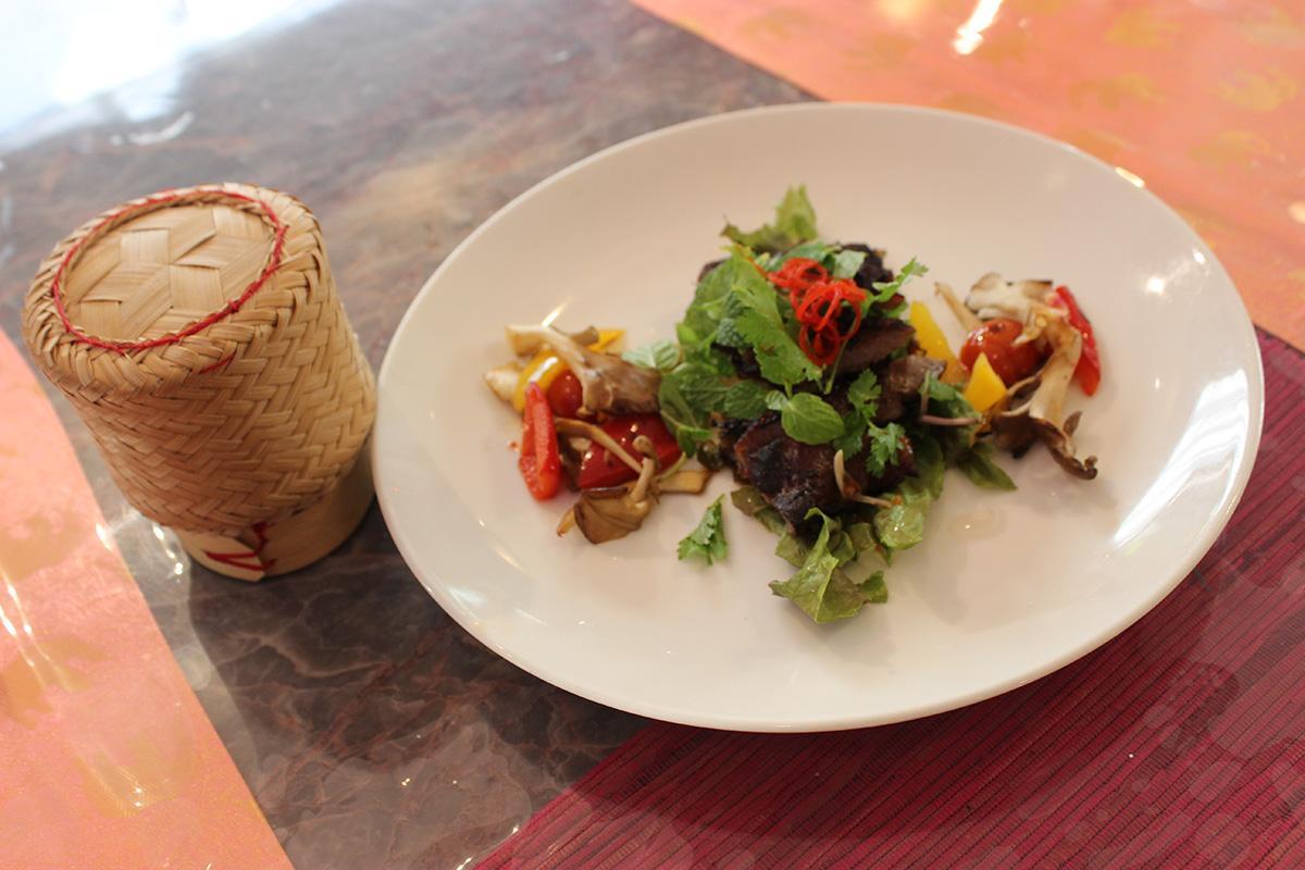 「ムーヤーン和豚ロースの炙り焼きとハーブ」とタイの餅米「カオニョウ」