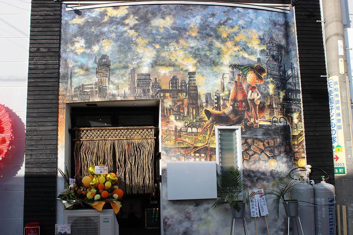 絵本「えんとつ町のプペル」の一場面を描いた店舗外観