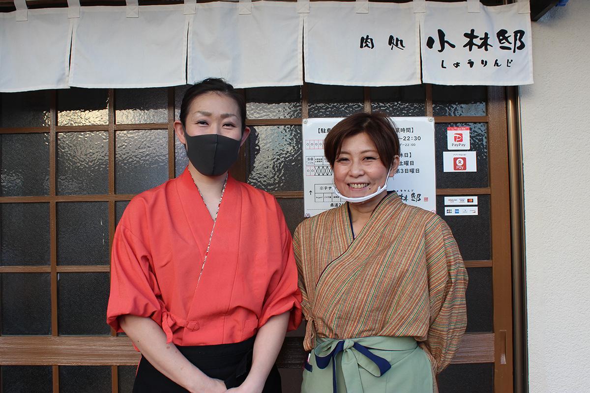 多くの人の来店を期待する、店長の小林麻耶さん(右)とスタッフ