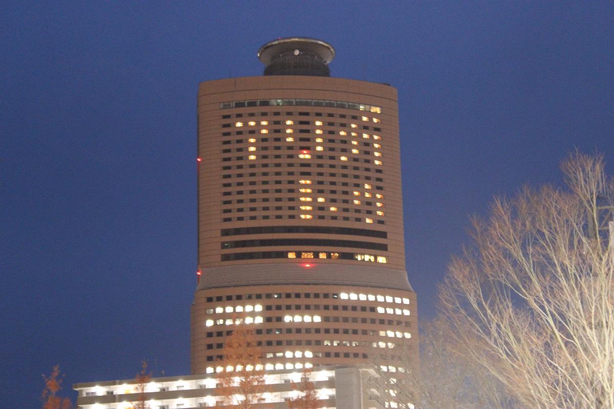 ホテルオークラの客室の明かりを使った「アリガトウ」のメッセージ