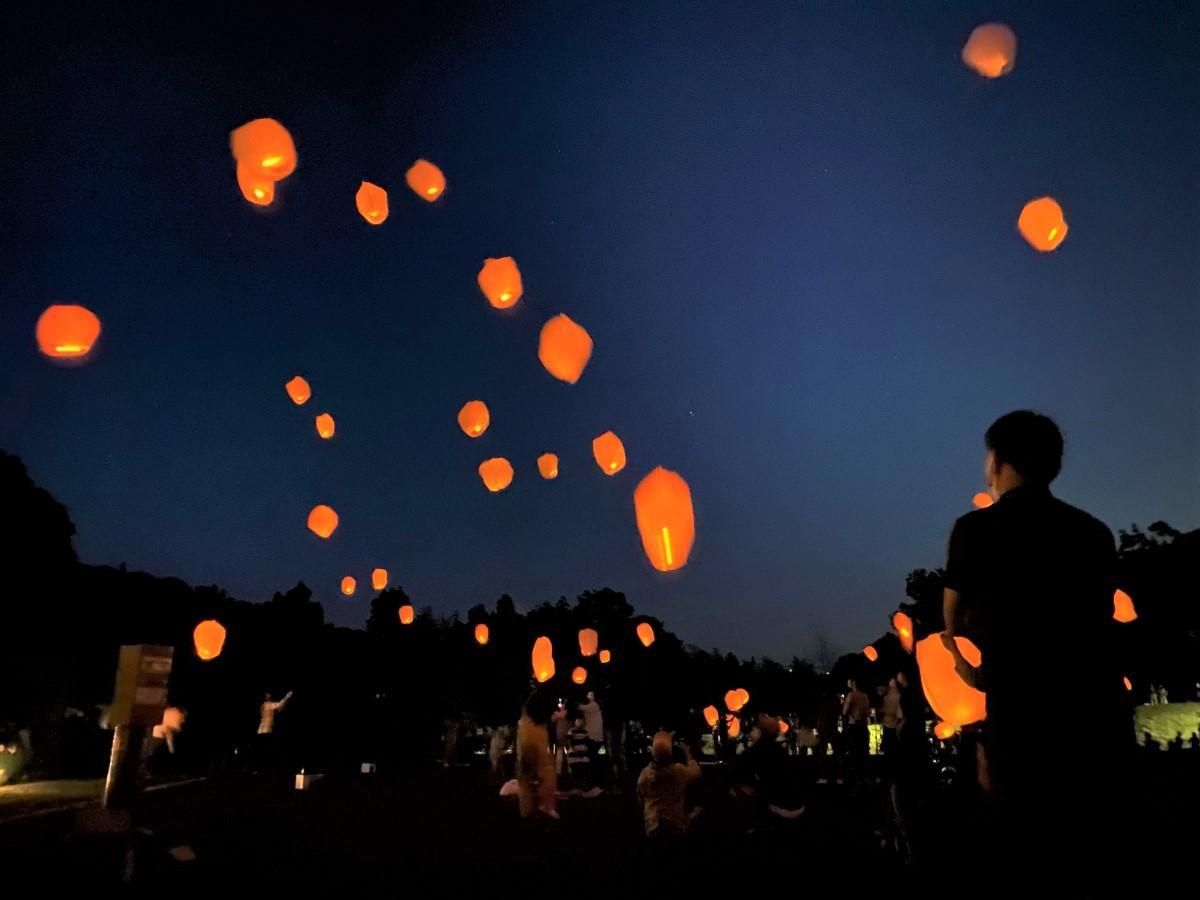 幻想的に夜空を照らすスカイランタン