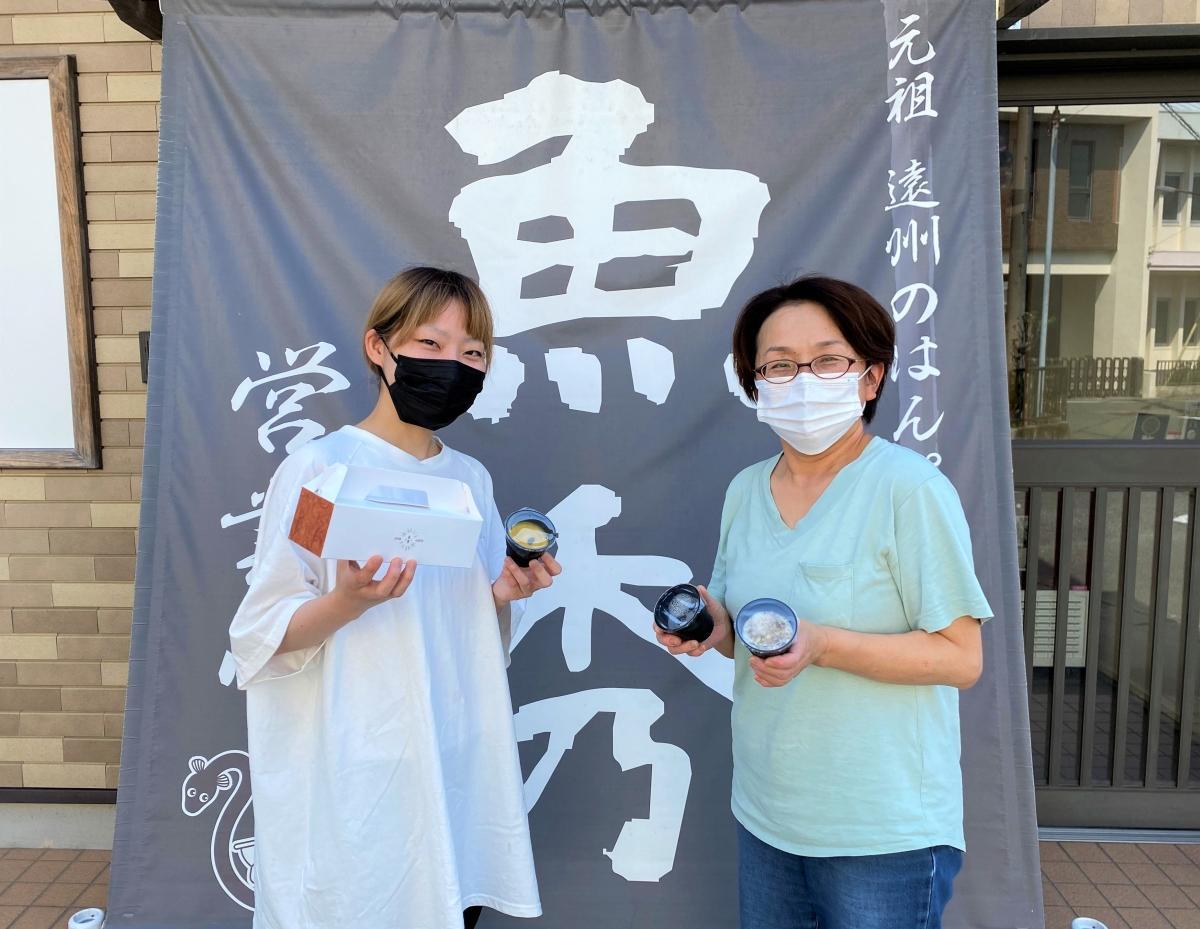 「新製品の発売を迎えることができうれしい」と話す、広報の岡安史織さん(左)と取締役の秀美さん(右)