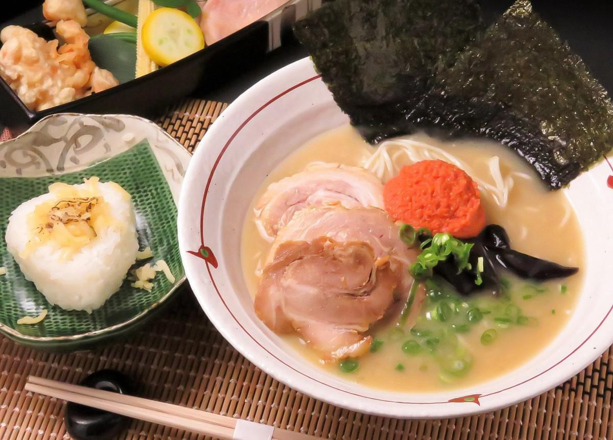 「辛子明太子魚介白湯ラーメン」とトッピングの「追いリゾット」