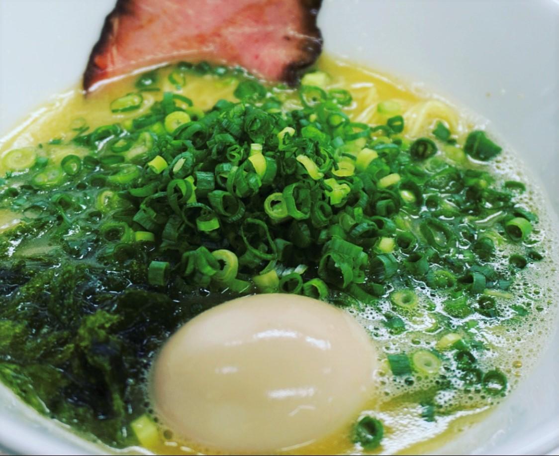 伊勢産アオサと極細ちぢれ麺を使う濃厚白湯(パイタン)スープのラーメン