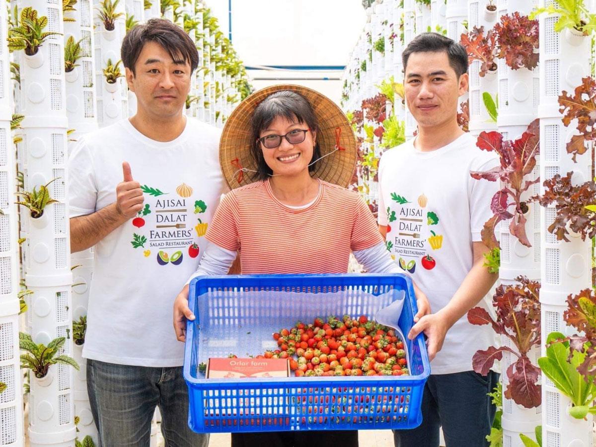 店主の日笠亮さん(左)とスタッフ