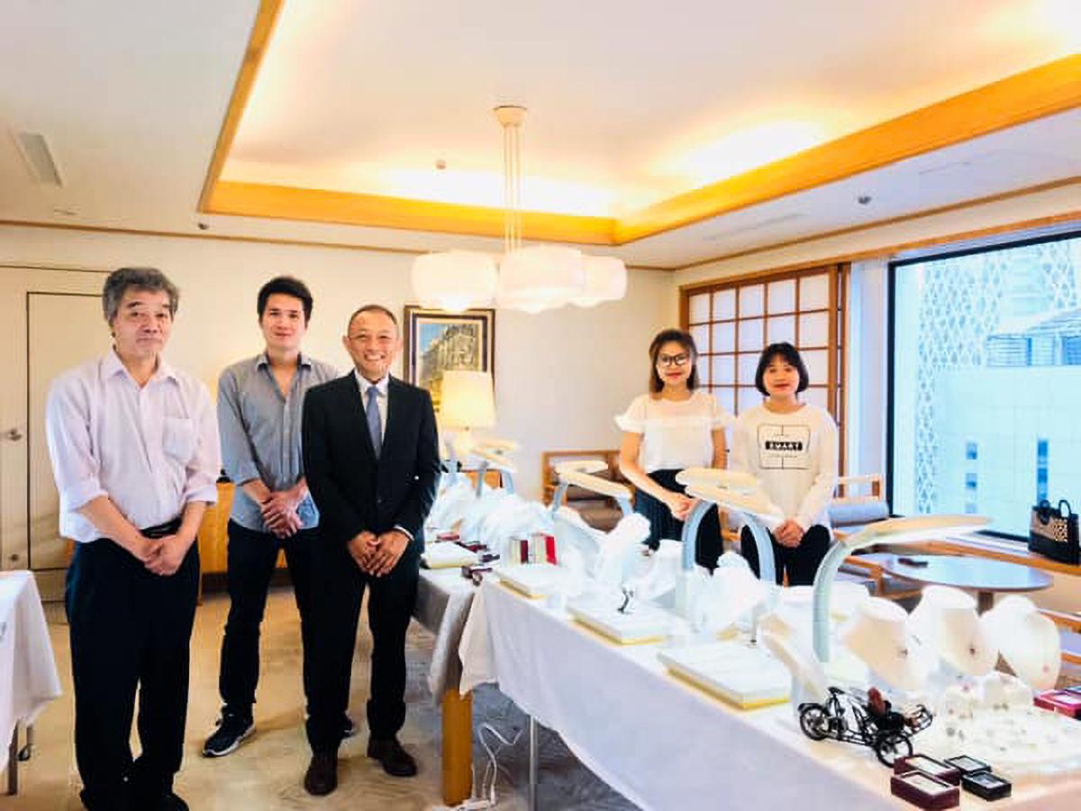 店主の佐藤栄一さん(中央)とスタッフ