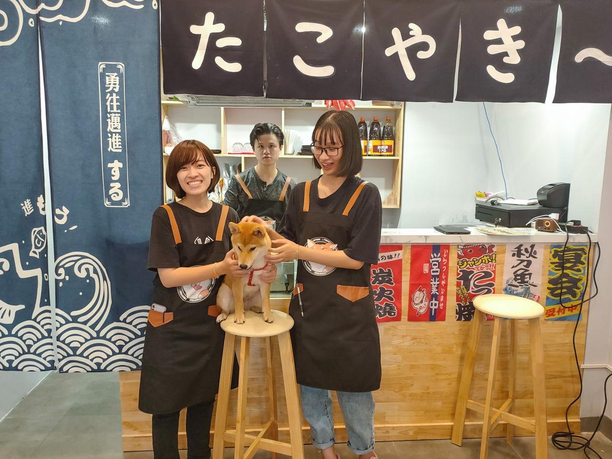 「ジョタコ」のスタッフとマスコット犬の「ジョジョ」