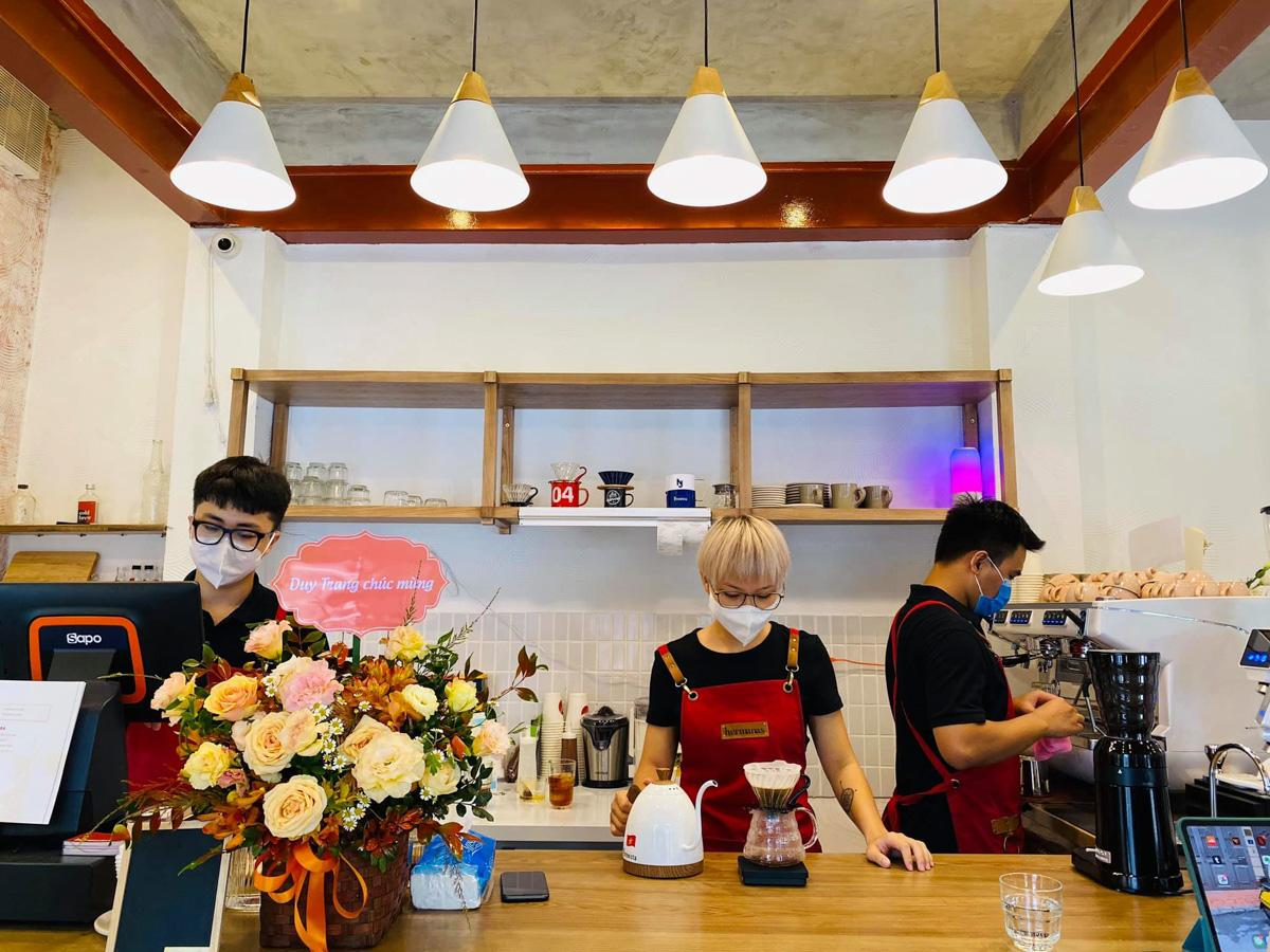 ドリップコーヒーをいれる店主のリン・チャン(Linh Tran)さん(中央)