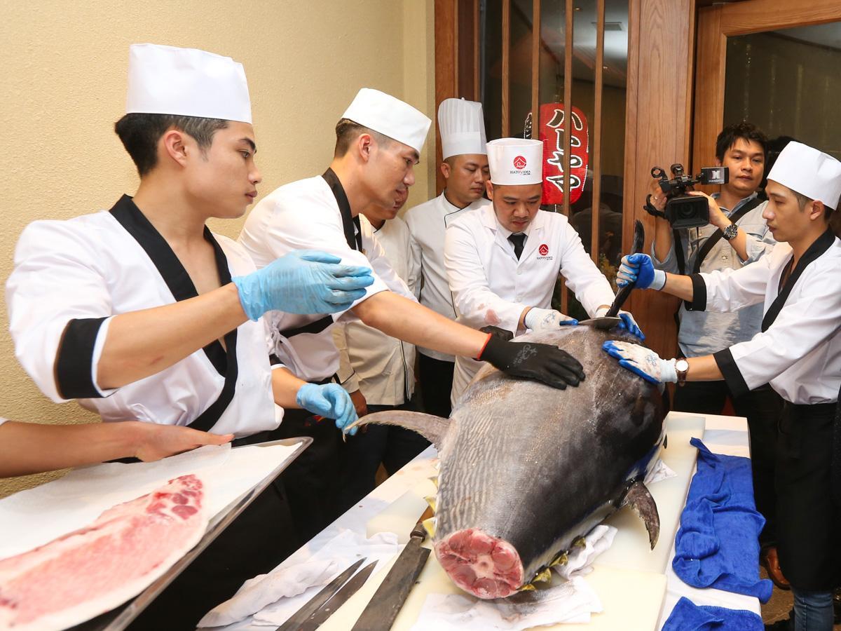 オープン日に行われた長崎県からの直送マグロ130キロを解体するイベント