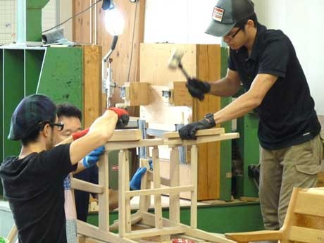 木工職人目指して全国から生徒が集まる「森林たくみ塾」。210人の卒業生のうち飛騨出身者は3人しかいない。