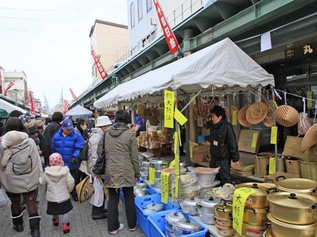 この日限りの特価品も多く並び地元客を中心ににぎわった「二十四日市」。