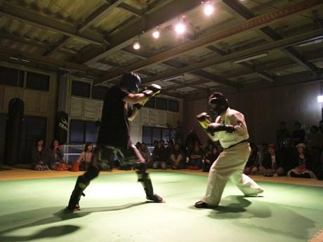 2分×2Rで行われたスペシャルエキシビションマッチの様子(左から寄本さん、安廣さん)