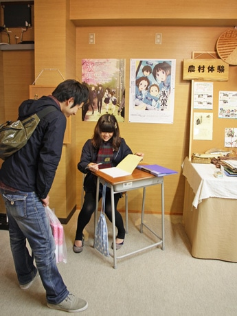 名古屋から来たという2人組は「こんなアニメが始まるなんて知らなかった。放送が楽しみですね」と話す