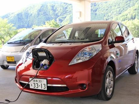 実験に備えて充電を行う電気自動車