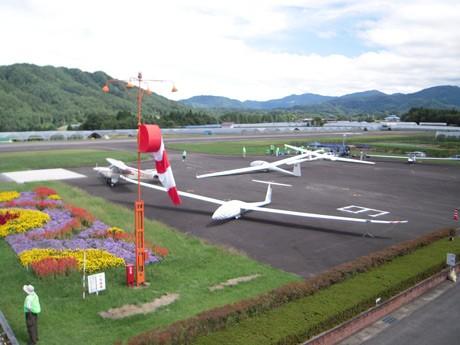 グライダーやえい航機の展示、搭乗体験などを行うスカイホリデー