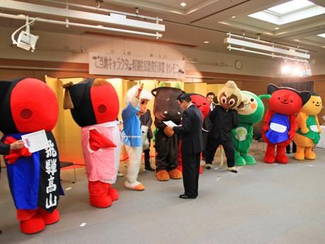 国島芳明高山市長による特別住民票授与式の様子
