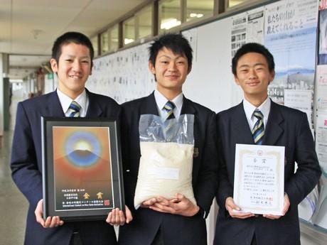 金賞を受賞した生物生産科・作物班の生徒たち