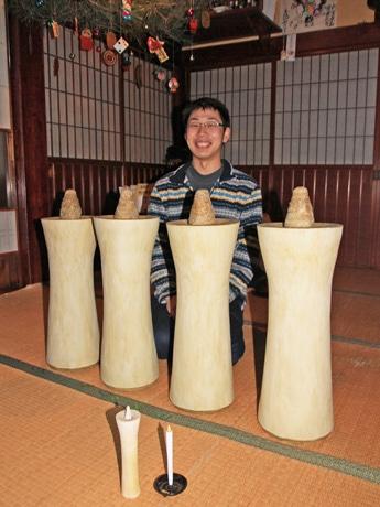 完成した巨大な和ろうそくを披露する八代目・三嶋大助さん。写真手前は通常サイズの大と小
