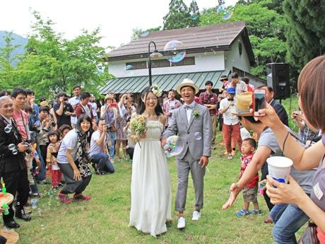 集まった出席者たちから祝福を受ける白石さん夫妻