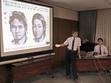 「縄文系女性は二重まぶた、弥生系は一重」など特徴を説明する住さん(左)と、研究協力者の佐藤さん(右)