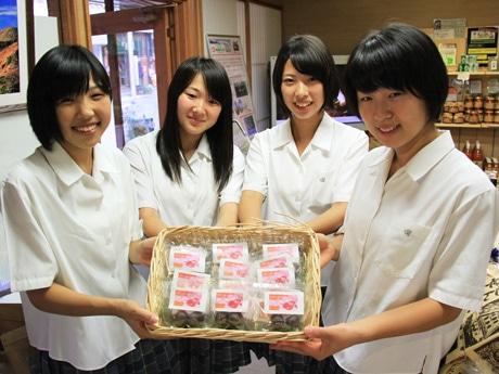 「ドラゴンフルーツチョコレート」開発チームの女子生徒4人