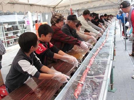 牛串の世界記録に挑む参加者たち